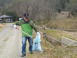 会員の今江さん、自然環境学習の森でゴミ拾い!