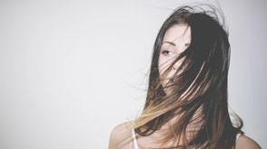 Ragazza con capelli davanti al viso