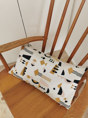coussin made in Belgium graphique ocre