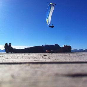 Thai Yoga Massage: Yogalehrerin Claudia Müller-Czirnik in Shavasana, Tiefenentspannung unter blauem Himmel auf dem Wank in Garmisch-Partenkirchen