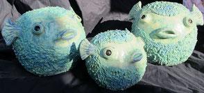 Kugelfisch Kreamikfiguren in leuchtend türkiser Farbe, ansprechend freundliche Gesichter, Keramik fuer den Aussenbereich