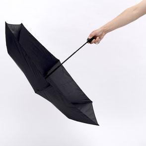 傘をやや下に向ける
