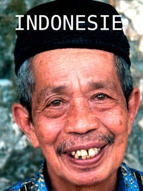 Lokale man op Sulawesi met de traditionele hoofddeksel