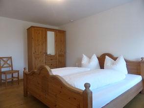 Ein geräumiges, helles Schlafzimmer mit Doppelbett. Selbstverständlich ist die Bettwäsche vorhanden.