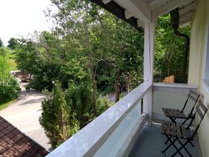 Ein kleiner, überdachter Balkon für zwei.