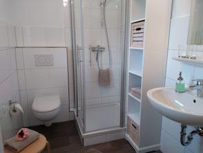 Außerdem steht Ihnen ein schönes Tageslicht-Badezimmer mit Dusche, WC, Föhn und Handtüchern zur Verfügung.