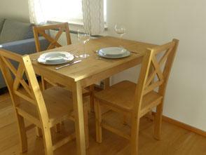 Der Essbereich bietet Platz für gemeinsames Speisen oder zum Studieren der Wanderkarte.