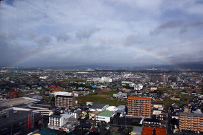 ホテルの窓からは虹が!