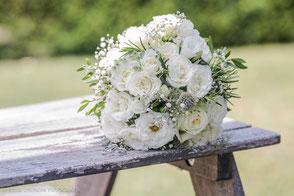 Brautstrauss in weiss auf einer alten Holzbank