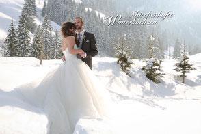 Brautpaar romantisch im Schnee, weisse Winterlandschaft