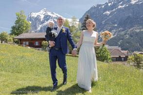 Familienfoto an der Hochzeit auf einer Wiese vor dem Eiger in Grindelwald