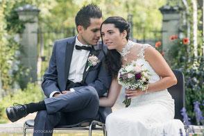 Brautpaar sitzt auf Stühlen, freie Trauung im Rosengarten  Bümpliz