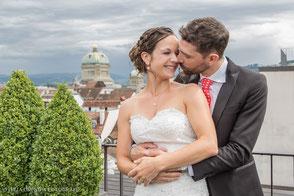 Hochzeit in der Stadt Bern, Hotel Schweizerhof, Brautpaar auf Dachterrasse