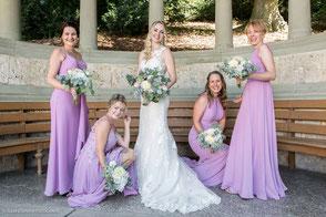 Hübsche Braut Porträt neben einer pinken Rose