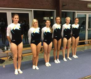 Mannschaftsbild von links:  Hanna Masur, Teresa Spraul, Larissa Schmiederer und 3 Turnerinnen aus Oberachern.