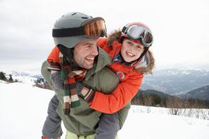 Skifahren für Vater und Sohn, Urlaub mit Kind, Skiurlaub, Kitzbühel im Winter