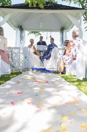 Kirchliche Trauung outdoor vom professionellen Internationalen Hochzeitsfotografen Zürich, St.Gallen, Weinfelden, Schaffhausen, Winterthur, Basel, Luzern, Bern, Solothurn Fotostudio in Konstanz