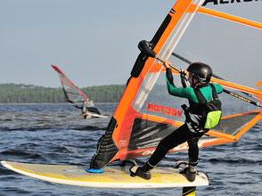 Robert Maréchal,  au planning sur l'eau, avec sa planche à voile et son windfoil Aeromod