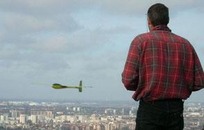 Alexis Marechal pilote un planeur Coquillaj Aeromod jaune et vert à Pech David face à Toulouse