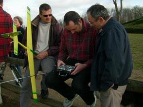 les 3 hommes font les réglages d'une radiocommande pour le planeur Coquillaj Aeromod