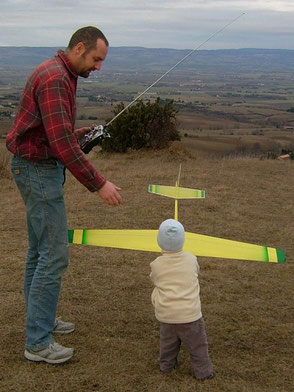 Alexis Marechal et son fils Robert, 2 ans, ramasse le planeur Coquillaj Aeromod jaune et vert