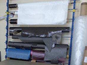 Rouleaux de tissu de verre et de carbone dans l'atelier Aeromod