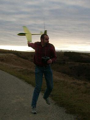 Alexis Marechal lance un planeur Coquillaj Aeromod jaune et vert par le saumon
