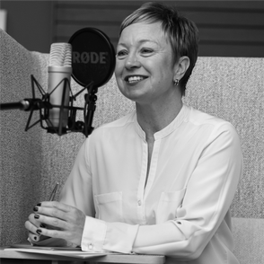 Coach Simone Thomßen am Mikrofon bei der Aufzeichnung des Podcasts