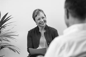 Coach Simone Thomßen im Gespräch mit einem Kunden - Stichwort wertschätzend