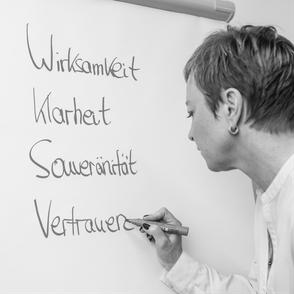 Coach Simone Thomßen am Flipchart: Workshop Führung und Zusammenarbeit