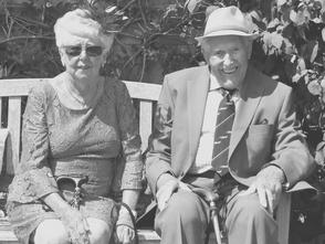 altes Ehepaar sitzt chic auf einer Bank