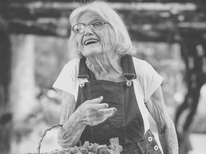 Oma freut sich draußen im Garten