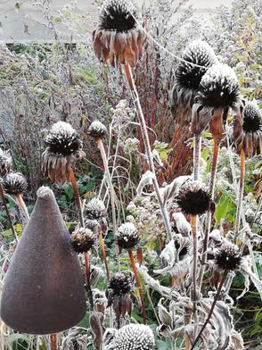Winterfest und frostsicher Gartenkeramik