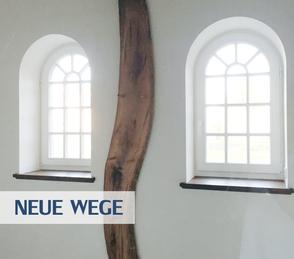 Neue Wege mit der Unternehmensberatung Vossmann - krummer Holzbalken zwischen zwei Fenstern im Büro des Unternehmensberaters Reinhard Vossmann