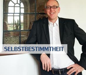Selbstbestimmtheit - Unternehmensberater Reinhard Vossmann vor dem Stallfenster seines Hauses