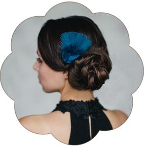 Haarschmuck Seide Blüte Federn Marine Blau klein für  Gala Ball Oper Fasching Silvester edel.