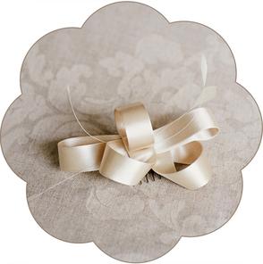 Brauthaarschmuck aus kunstvoll geschwungenen Schleifen  und Federn. Fascinator für die Braut in weiß, ivory, creme beige und alt rosa.. Für Hochzeiten und Standesamt. Headpiece, fascinator wedding.