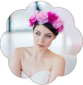 Brauthaarschmuck in zahlreiche Farben. Haarblüten, Blütengestecke, Fascinator, Harreif, Haarkränze für die Braut und Ihre Hochzeit oder Trachten Hochzeit und Oktoberfest.