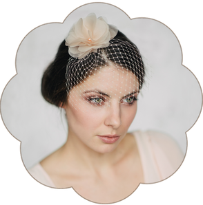Fascinator in Pastelltönen aus feinster Seiden-Organza für Hochzeiten, Standesamt.  Kopfschmuck in Pastell Apricot.