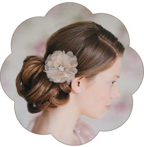 Blüten-Haarschmuck aus Seiden-Organza mit einer funkelnden Strass-Deko für die Braut oder eine Trachten Hochzeit.