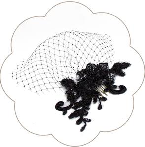 Exzellenter schwarzer Fascinator aus Spitze. Black Headpiece.