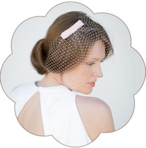 Birdcage - Netz Schleier mit Schleife Seide apricot pastell für die Braut. 50er/ 60er Jahre Style. Fascinator, Veil wedding. Standesamt Kopfschmuck.