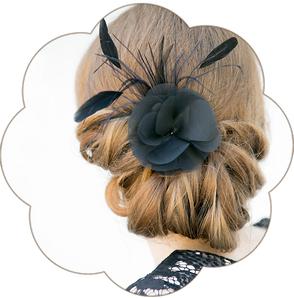 Haarschmuck schwarz Haarblüte aus Seide und Federn. Black Headpiece.