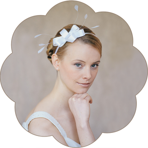 Brauthaarschmuck aus kunstvoll geschwungenen Schleifen  und Federn. Haarreif für die Braut. Für Hochzeiten und Standesamt. Headpiece wedding.