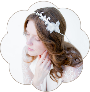 Haarband Bohemian Boho 20er Jahre Brauthaarschmuck aus Spitze und Seiden Blüten. Kopfschmuck aus Spitze und Seide in Ivory. Lace Headpiece wedding. Lace silk hair accessorie for the boho look.