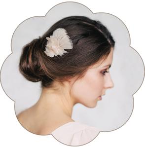Feder Kopfschmuck klein und fein in Pastelltönen und aus feinster Seiden-Organza für Hochzeiten, Standesamt.