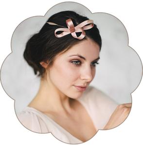 Kleiner feiner eleganter Haarschmuck aus feinstem Satin und Federn. Hochzeit, Standesamt, Party, Trauzeuginnen.