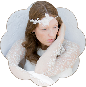Haarband Bohemian Boho 20er Jahre Brauthaarschmuck aus Spitze und Seiden Blüten. 3D Kopfschmuck aus Spitze und Seide in Ivory. Lace Headpiece wedding. Lace silk hair accessorie for the boho look.