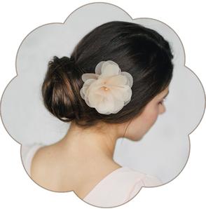 Blüte in Pastelltönen aus feinster Seiden-Organza, veredelt mit einer strahlenden Perle.