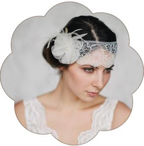 Spitzen Haarband mit einer Seidenblüte und Federn für eine moderne, bohemian, boho, 20er Jahre Braut. Boho, Bohemian, Vintage Hochzeit.